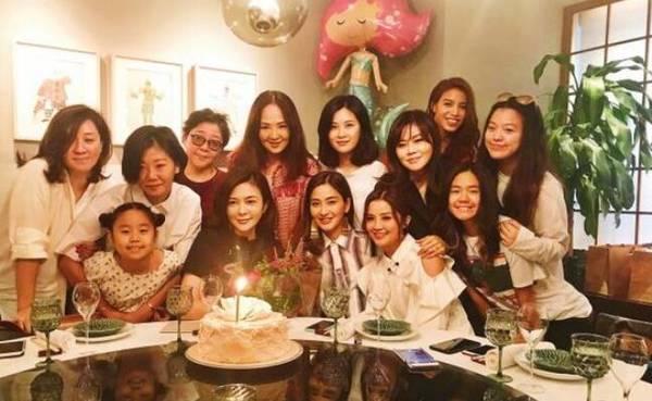 蔡卓妍等好友齐聚为关之琳庆生 网友禁呼都是大美女!