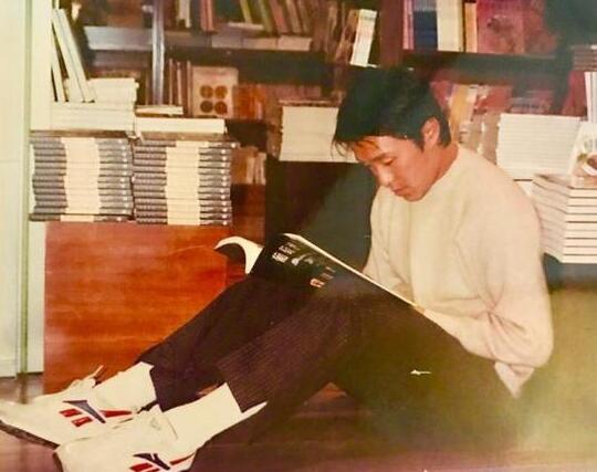周星驰罕见旧照曝光 认真看书变安静的美男子