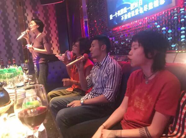 王菲与李荣浩一起K歌 女儿窦靖童在旁边当小粉丝