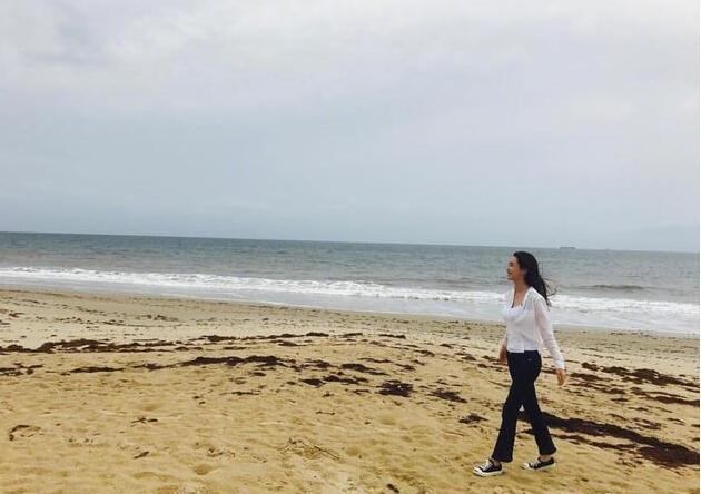 李多海晒海边游玩照 笑容灿烂气质迷人