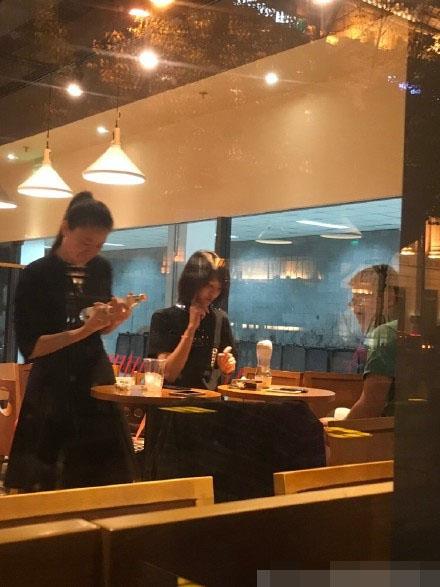 郑爽在上海被偶遇 网友直夸真人超美的!