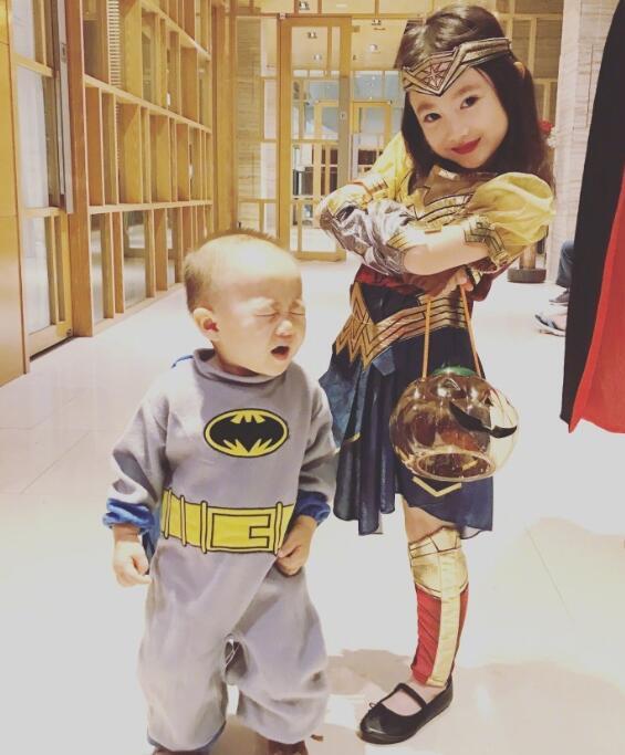 奥莉万圣节变装神奇女侠超酷 蝙蝠侠弟弟的表情亮了
