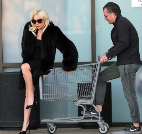 Lady Gaga童心未泯 穿皮草坐购物车令人捧腹