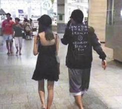 但又有网友爆料两人在澳洲逛街被遇见