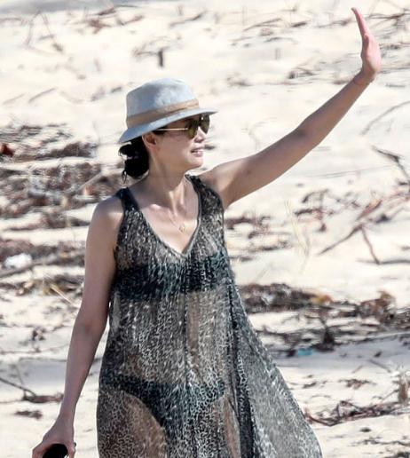 49岁邓文迪沙滩上奔跑 穿透视纱裙露比基尼大秀身材