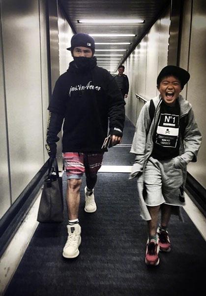 """曹格带儿子出门 Joe长高不少变""""小男子汉"""""""