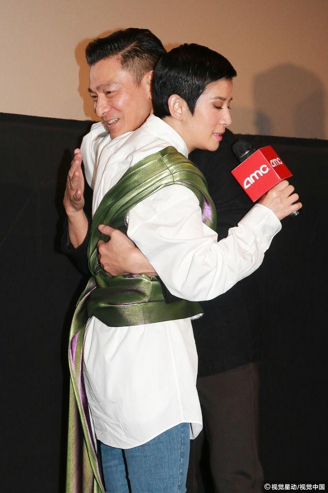 吴君如拥抱刘德华 吐槽演艺圈女星变老后没戏演