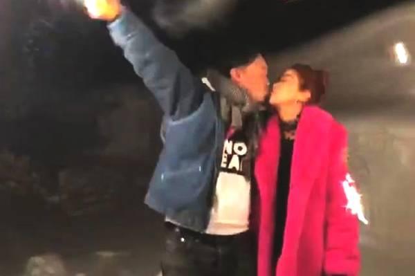 陈奕迅徐濠萦雪中拥吻 费力扛烟花只为讨好老婆
