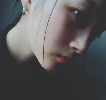 关晓彤深夜晒出两张素颜照 小脸红扑扑的很有少女感